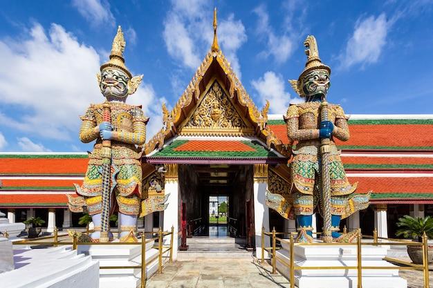 Wat phra kaew und grand palace am sonnigen tag, bangkok, thailand