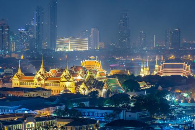 Wat phra keaw, wat pho und großartiger palast nachts in bangkok, thailand