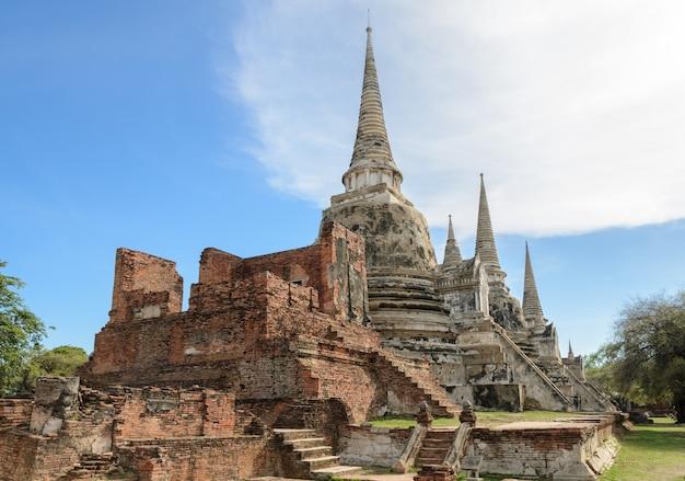 Wat phra si sanphet, die ruinen und antike des ehemaligen königlichen tempels auf dem boden des königlichen palastes in ayutthaya, thailand
