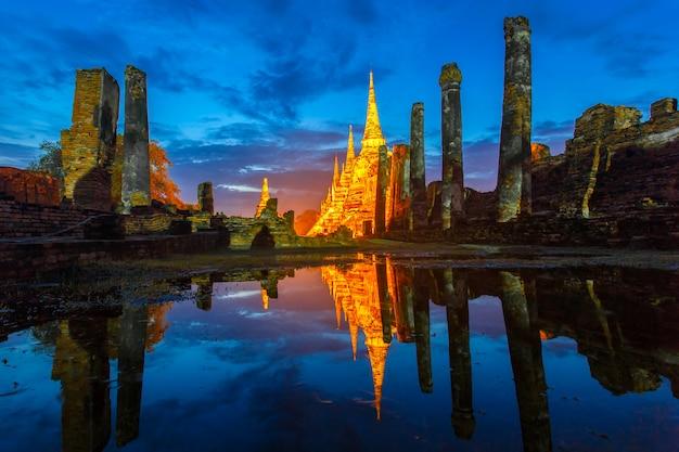 Wat phra sri sanphet-tempel unter dämmerungshimmel nach dem regen