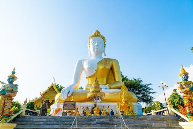 Wat phra that doi kham (tempel des goldenen berges) in chiang mai, thailand