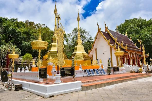 Wat phra that doi tung ist ein wunderschöner goldener tempel in chiang rai, thailand. auf einem berg nahe der thailändisch-burmesischen grenze gelegen.