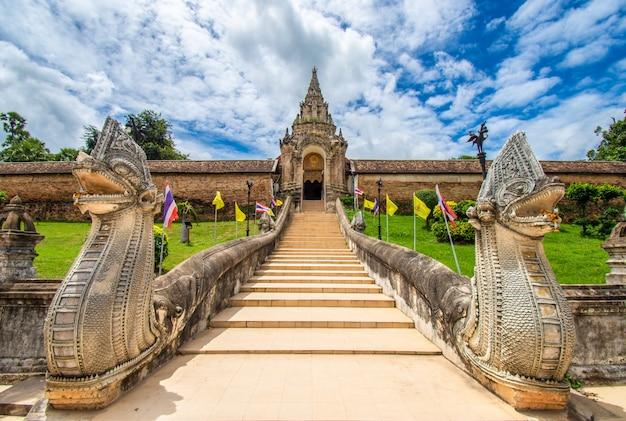 Wat phra that lampang luang ist ein buddhistischer tempel im lanna-stil. es ist ein favorit von touristen in der provinz lampang, thailand.