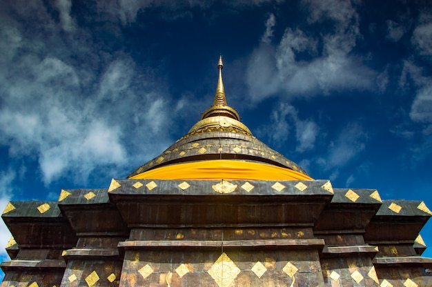 Wat phra that lampang luang ist ein buddhistischer tempel im lanna-stil in lampang in der provinz lampang, thailand.