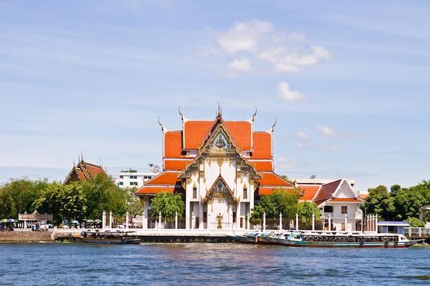 Wat rakang, thailändischer tempel am fluss.