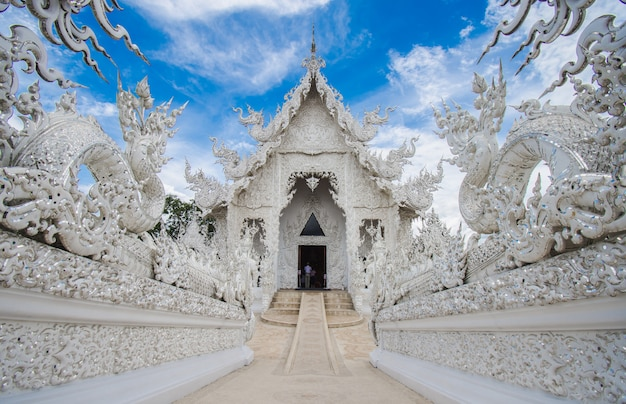Wat rong khun weißer tempel bei chiang rai im norden von thailand.