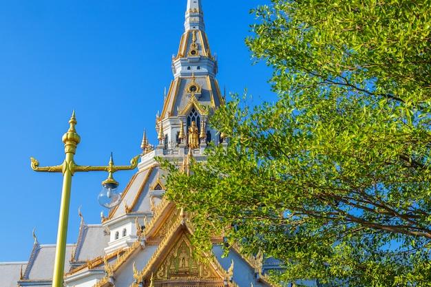 Wat sothonwararam ist ein buddhistischer tempel im historischen zentrum von chachoengsao, thailand.
