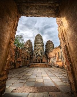 Wat sri sawai, sukhothai historical park. das heiligtum ist von einer lateritemauer umgeben.