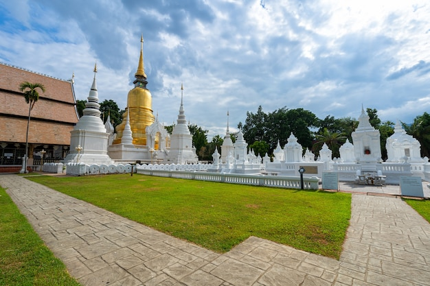 Wat suan dok ist ein buddhistischer tempel (wat) bei sonnenuntergang himmel in chiang mai nordthailand.travels