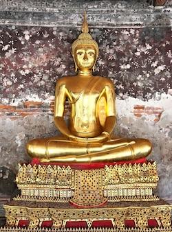 Wat suthat thepphawararam ist ein königlicher tempel der ersten klasse in bangkok. der bau des tempels wurde 1817 abgeschlossen
