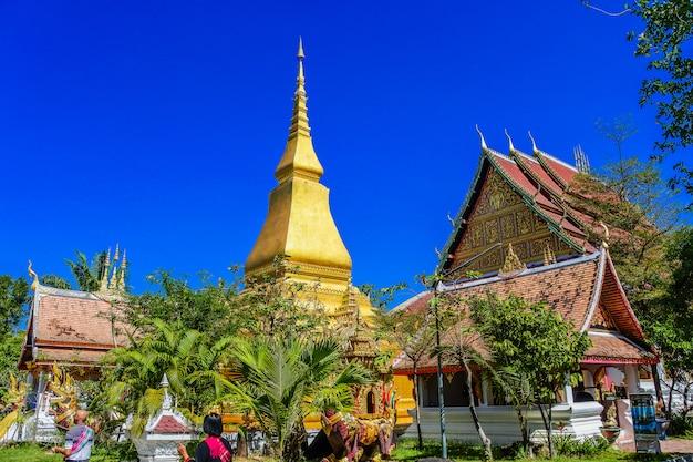 Wat thai wang kham tempel wahrzeichen bei khao wong in der provinz kalasin