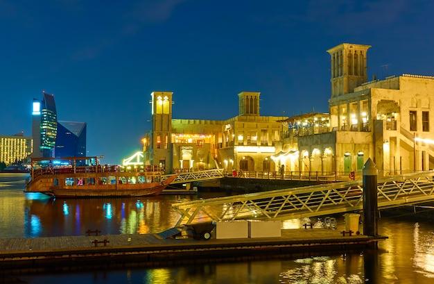 Waterfront im stadtteil al seef in dubai bei nacht, vereinigte arabische emirate
