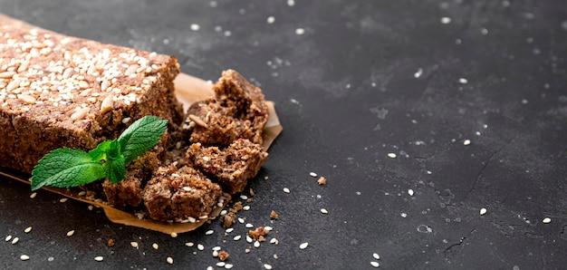 Webbanner gesunde vegane süßigkeiten zuckerfreie nüsse halva mit samen und sesam nahaufnahme kopienraum für