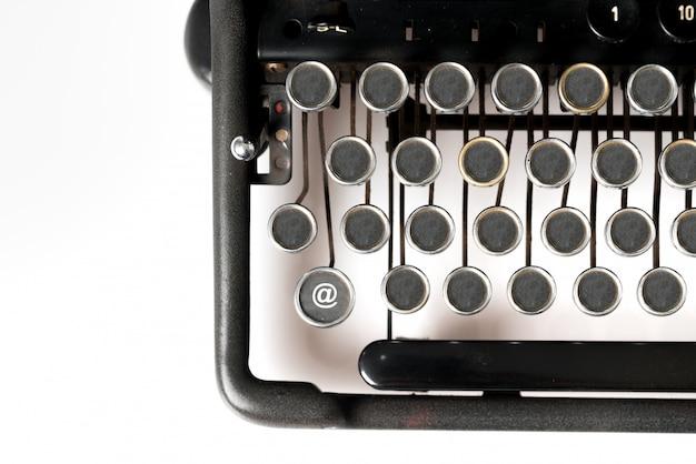 Webdesign-schlüsselwort nahaufnahme der retro-schreibmaschine im studio
