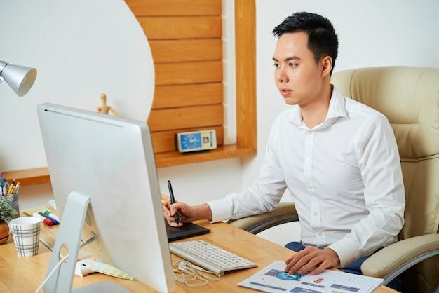 Webdesigner beschäftigt mit der arbeit