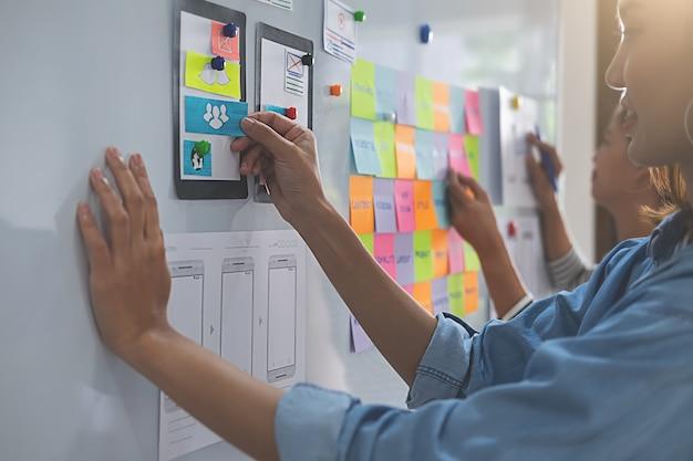 Webdesigner-brainstorming für einen strategieplan.