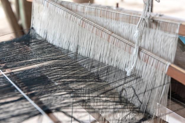 Weben und thai-seide. tätigkeit, bei der es um handwerkliches geschick geht