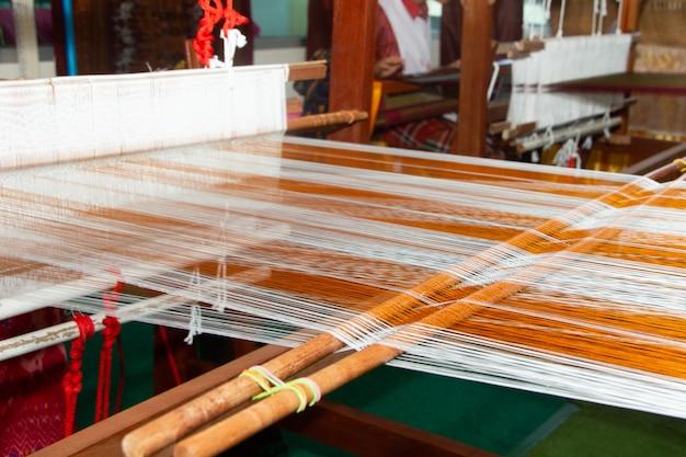 Webmaschine - weben im haushalt - zum weben traditioneller thailändischer seide.