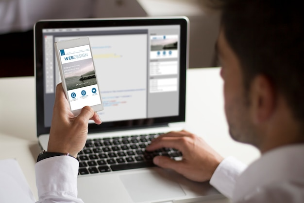 Webprogrammierer testet responsives mobiles design