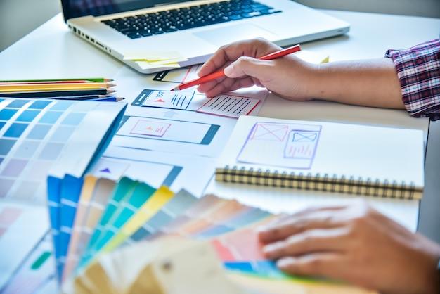 Website-designer kreative planung anwendungsentwicklung grafik kreativ, kreativität frau arbeitet am laptop und design färbung farbideen stil