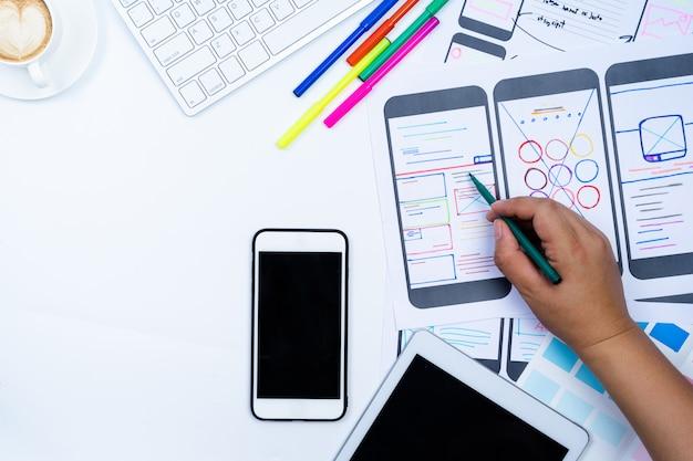 Website-designer kreativer planungs-anwendungsentwicklungsentwurfskizze-zeichnungsschablonenplanrahmen-drahtgitter-designstudio