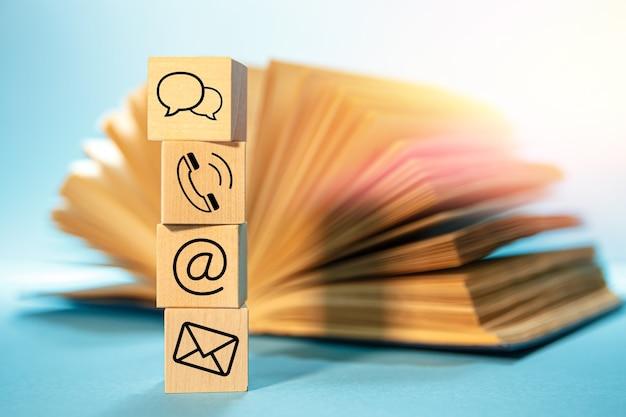 Website- und internet-kontaktsymbole mit offenem buch