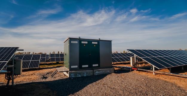 Wechselrichter und energiegebäude speichern. solarzellenpark