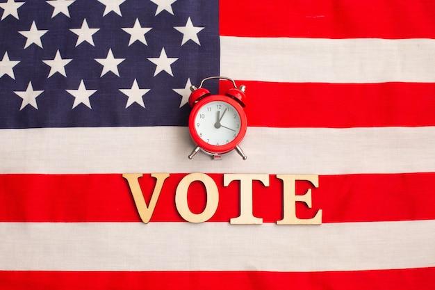 Wecker auf amerikanischer flagge. präsidentschaftswahlen. patriotismus und unabhängigkeit. zeit zur abstimmung. wahlstimme. us-wahlen.