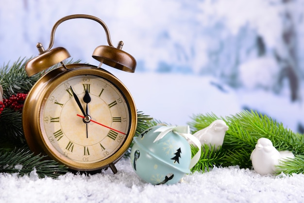 Wecker, dekorative vögel mit weihnachtsschmuck auf heller oberfläche