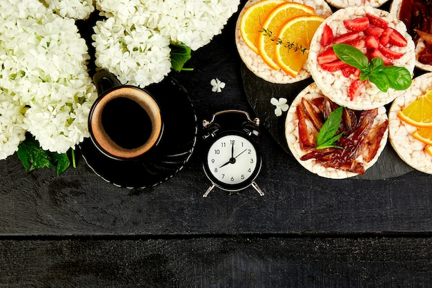 Wecker haben einen guten tag mit einer tasse kaffee.