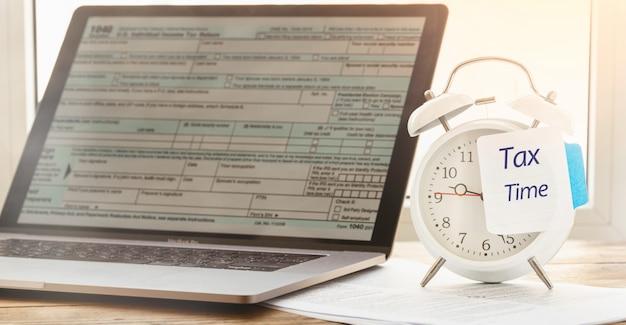 Wecker mit hinweis auf die notwendigkeit, steuererklärungen abzugeben