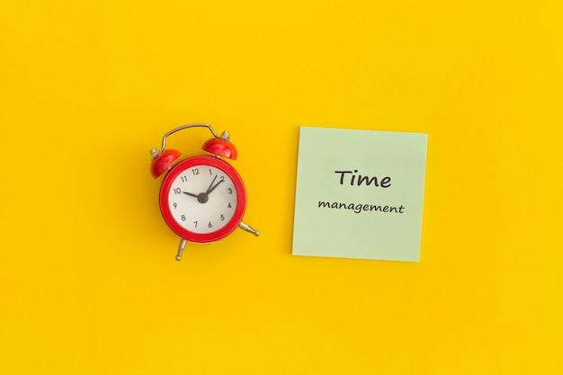 Wecker mit zeitmanagement-konzept