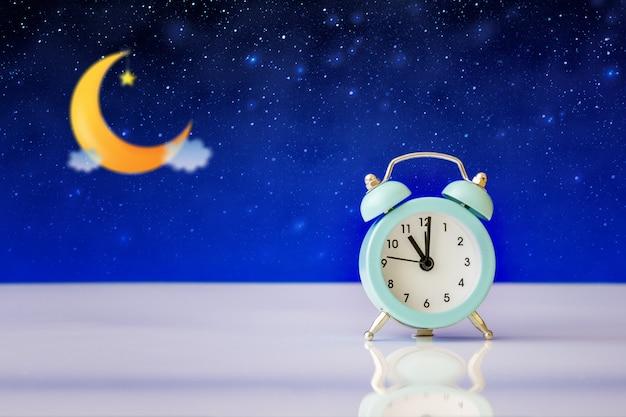 Wecker mitten in der nacht schlaflosigkeit oder träumen