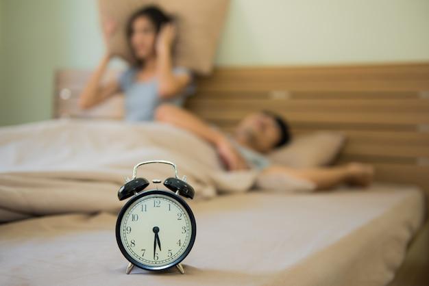 Wecker oder handy-alarm können für paare, die aufwachen, ärgerlich sein.