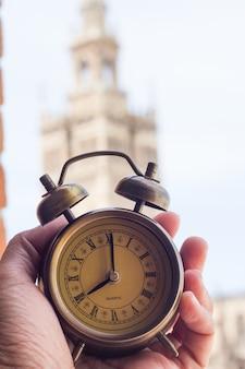 Wecker um acht uhr mit catedral de sevilla sevilla kirchen der spanischen landschaft