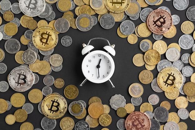 Wecker, umgeben von währung