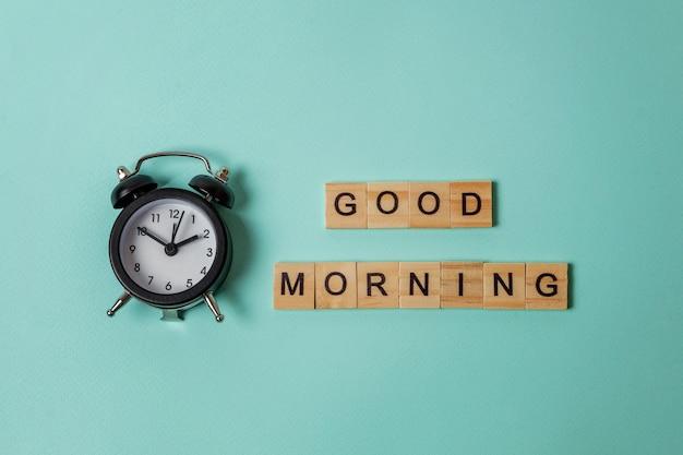 Wecker und inschrift guten morgen buchstaben