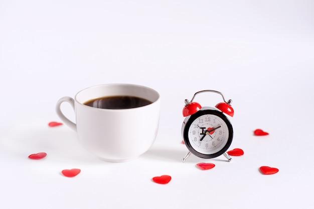 Wecker und kaffee auf den tisch gelegt