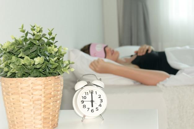 Wecker, wecker auf dem bett, schlafenszeit