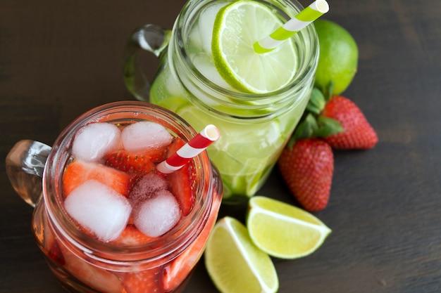 Weckglasglas limonade mit kalk und erdbeeren auf hölzernem hintergrundbild