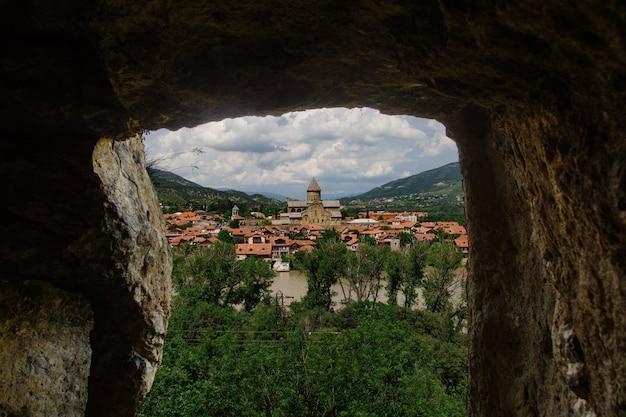 Wege alten tiflis panorama von draufsicht tbilisis, georgia im sommer.