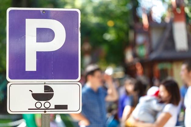 Wegweiser, der einen parkplatz besonders für frauen mit babys markiert