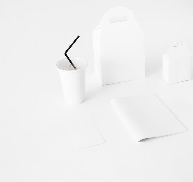 Wegwerfschale und lebensmittelpaket auf weißem hintergrund