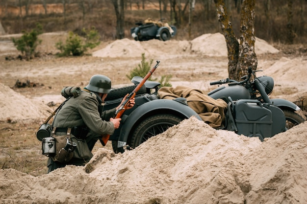 Wehrmachts lakaienabdeckung hinter einem motorrad