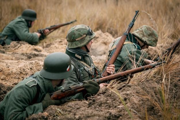 Wehrmachtssoldaten in den schützengräben verteidigen. gomel, weißrussland