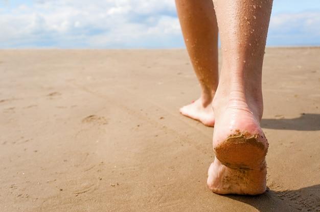Weiblich, am strand entlang spazieren.