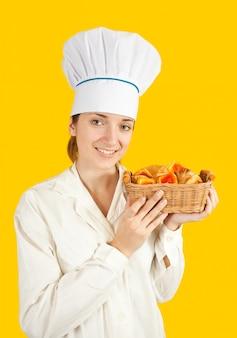 Weiblich koch mit gebäck