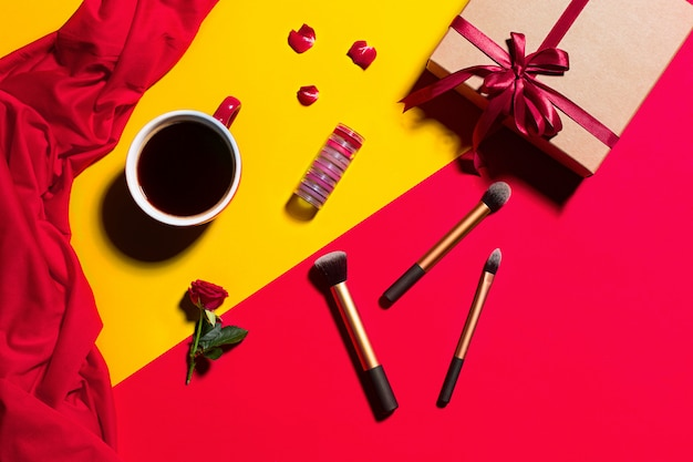 Weibliche accessoires, make-up und geschenkbox