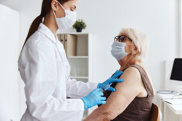 Weibliche ärztin covid-pass-medikamenteninjektion. foto in hoher qualität