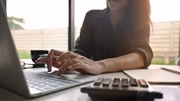 Weibliche analyse des geernteten schusses auf computer.